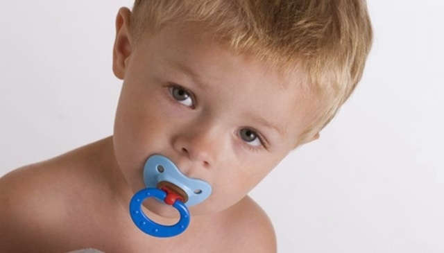 فوائد ومخاطر استخدام اللهاية لطفلكِ
