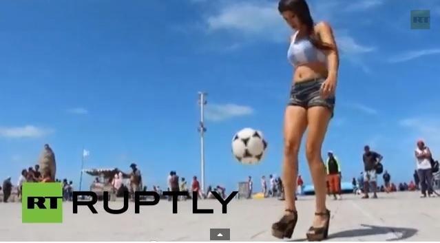 فتاة أرجنتينية تداعب الكرة ببراعة