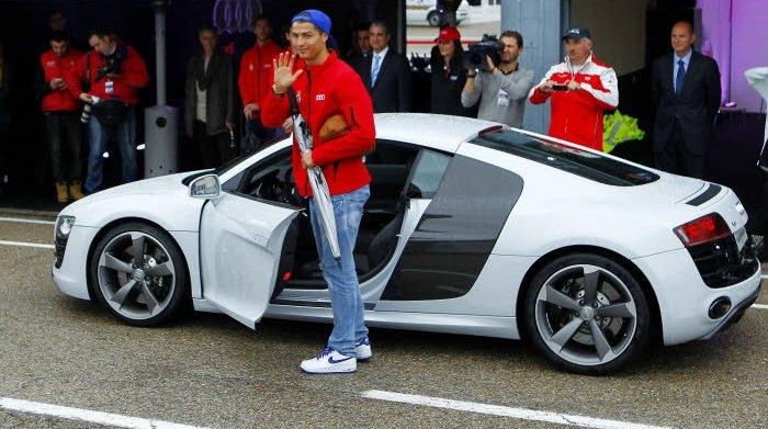 رونالدو يهدي سيارات رفيعة لأفراد الطاقم الطبي