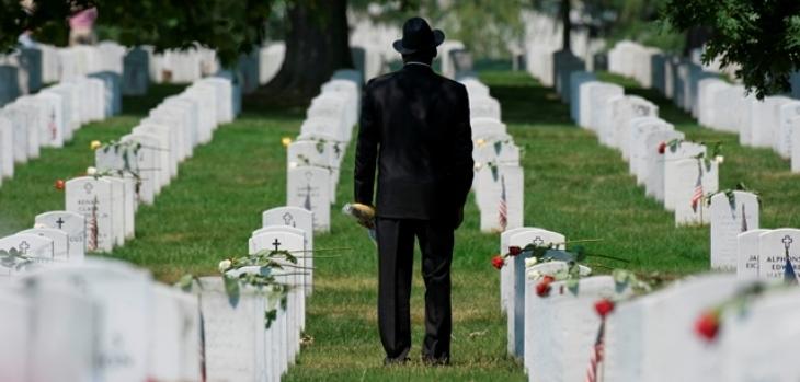 تسعيني يسكن بجانب قبر زوجته حتى دفن بجوارها
