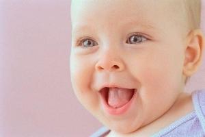 طفل أصم  يضحك لسماع صوت أمه أول مرة