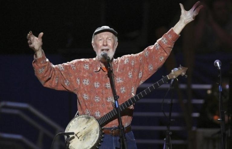الموت يغيب أسطورة الأغنية الشعبية الأمريكي بيت سيغر