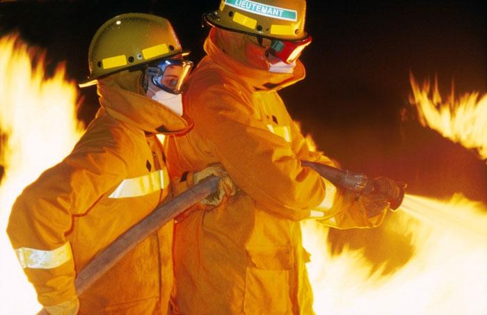 رجال إطفاء استخدموا الوقود بدلاً من الماء لإخماد حريق