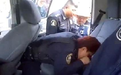 شرطية تنجح في إنقاذ طفل من الموت