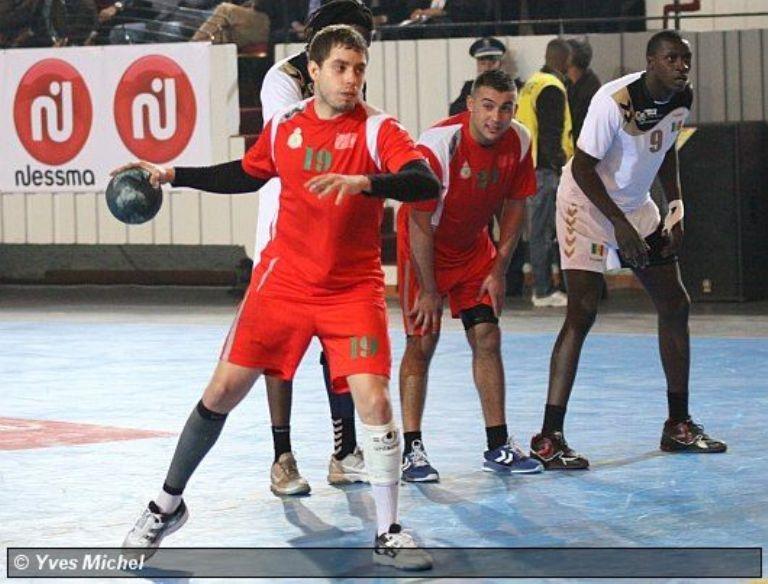مدرب المنتخب المغربي لكرة اليد ينتقد سلوك الجمهور الجزائري الغير الحضاري