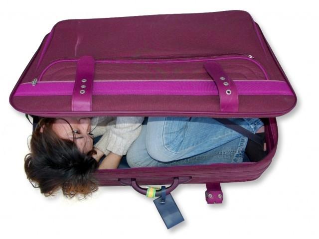 امراة تحاول الدخول إلى امريكا داخل حقيبة سفر