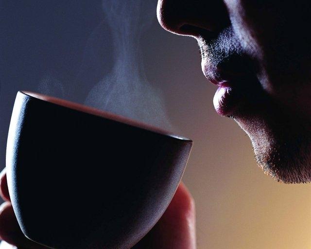يستضيف سارقه ويقدم له القهوة