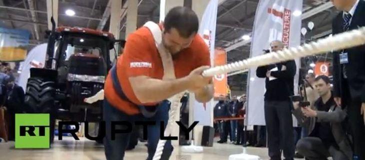 رجل روسي يشد جرارا يزن 8 طن