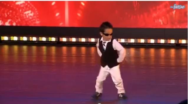 طفل يدهش الجمهور في برنامج مواهب