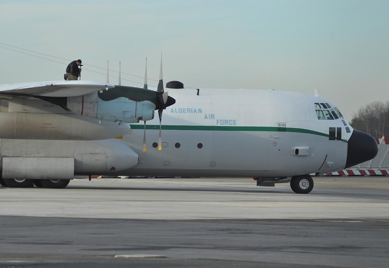 سقوط طائرة عسكرية جزائرية يخلف 99 قتيلا