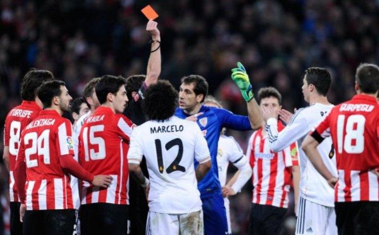 رونالدو معرض للايقاف أربع مباريات وأكثر بسبب الورقة الحمراء