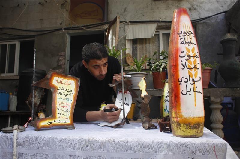 فنان فلسطيني يحول بقايا صواريخ اسرائيل إلى أعمال فنية