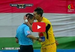 لاعب جزائري يقبل رأس الحكم