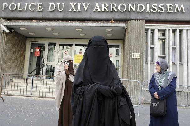 مسلمة فرنسية تستعمل القناع الطبي بدلا عن النقاب