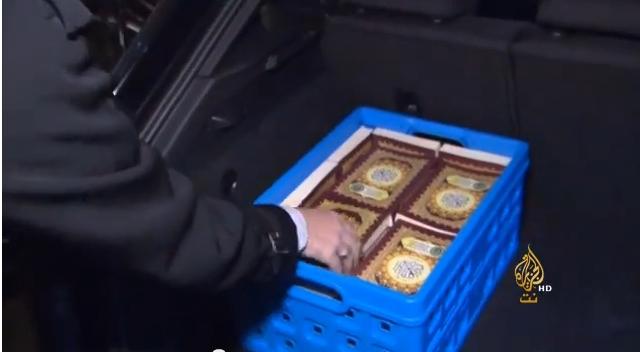 متطوع هولندي يوزع القرآن مجانا