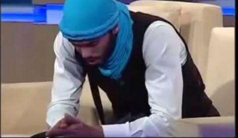 شاب تونسي  يغني خارج السرب