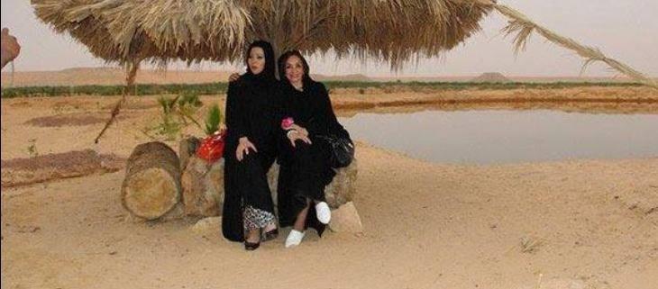 خديجة بن قنة في زي البدوية بصحبة أحلام مستغانمي
