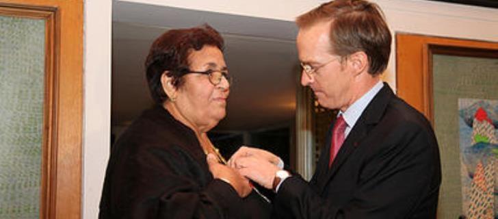 تكريم فرنسي  لعائشة الشنا اعترافا بخدماتها لفائدة الأمهات العازبات بالمغرب