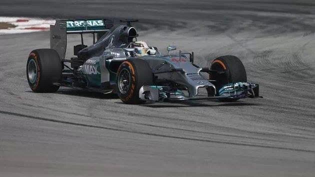 هاملتون يفوز بسباق الجائزة الكبرى بماليزيا