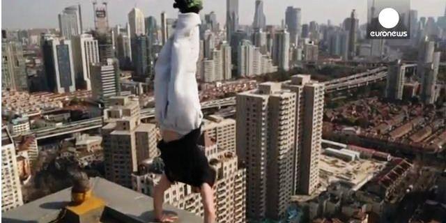 رجل معلق على طرف مبنى بالصين!