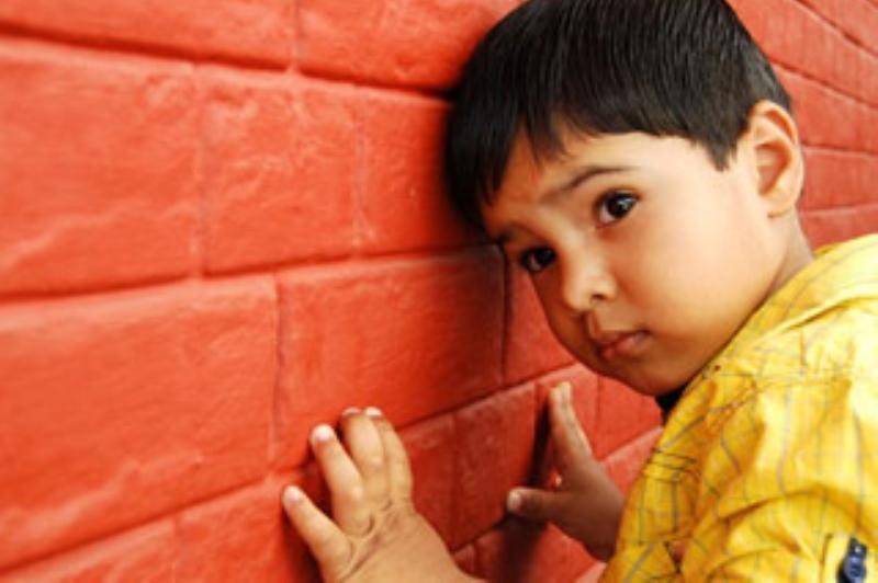 كيف نعرف بأن الطفل مصاب بالتوحد؟