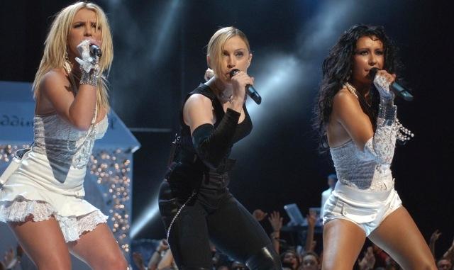 هل تمادت نجمات الغناء الغربي في تصرفاتهن الغريبة؟