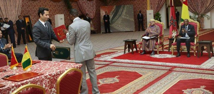 العاهل المغربي والرئيس الغيني يترأسان مراسم التوقيع على 21 اتفاقية للتعاون الثنائي بين البلدين