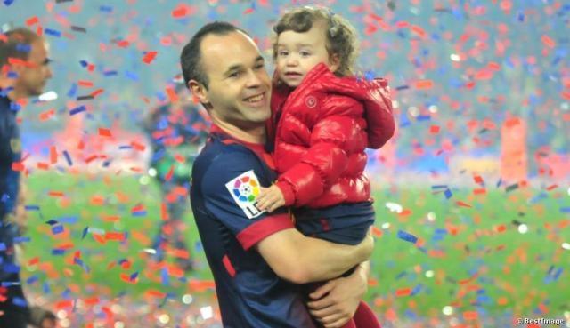 تضامن نجوم كرة القدم مع إنيستا بعد فقدانه لابنه قبل الولادة