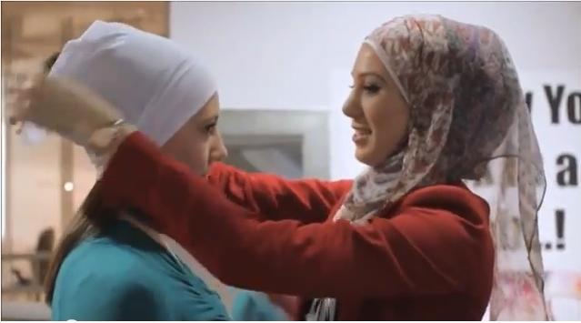 فتيات غير مسلمات يجربن ارتداء الحجاب