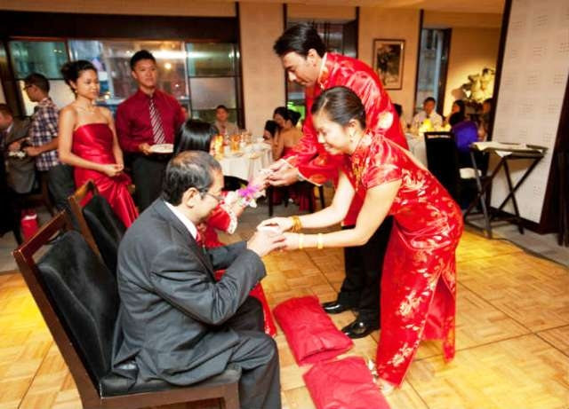 صيني يتزوج امرأتين في حفل واحد
