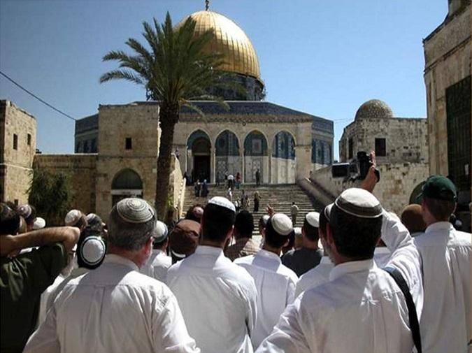 مستوطنون إسرائيليون يقتحمون الأقصى ويدنسون ساحاته
