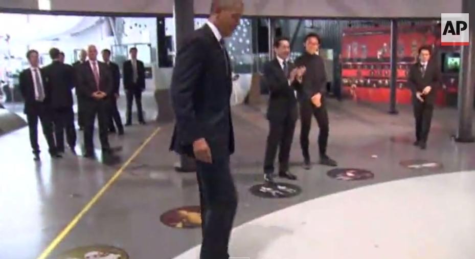أوباما يلعب الكرة مع رجل آلي