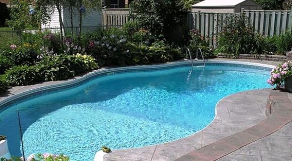 8 نصائح للحفاظ على نظافة حمام السباحة في المنزل