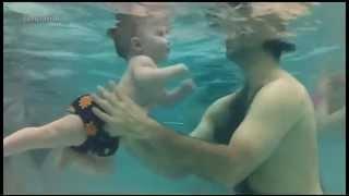 نعم طفلك يستطيع السباحة