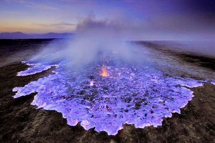 لقطات رائعة... بركان ينفث لهباً أزرق!