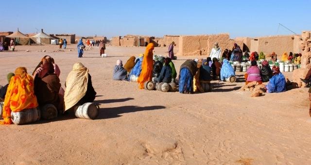 رفع الأعلام المغربية وتوزيع مناشير مؤيدة للحكم الذاتي في مخيمات تيندوف