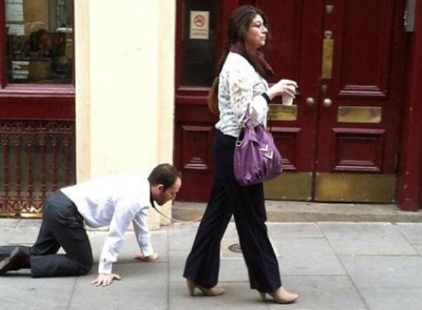 امرأة تتجوّل في شوارع لندن وتسحب رجلًا بسلسلة