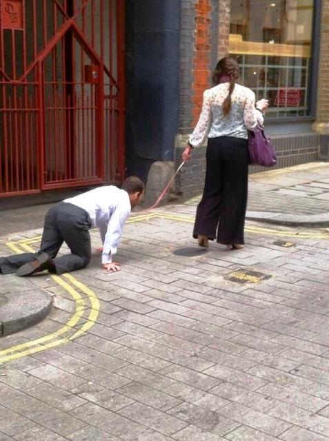 كشف سر فيديو السيدة التي تجر خلفها شاباً بسلسلة من عنقه