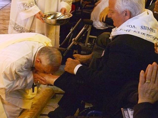 بابا الفاتيكان يطبق طقس