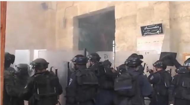 قوات الاحتلال الإسرائيلي وهي تقتحم المسجد الأقصى