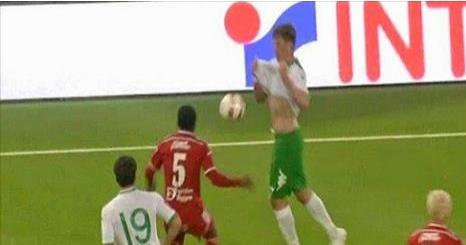 لاعب يخفي الكرة تحت قميصه