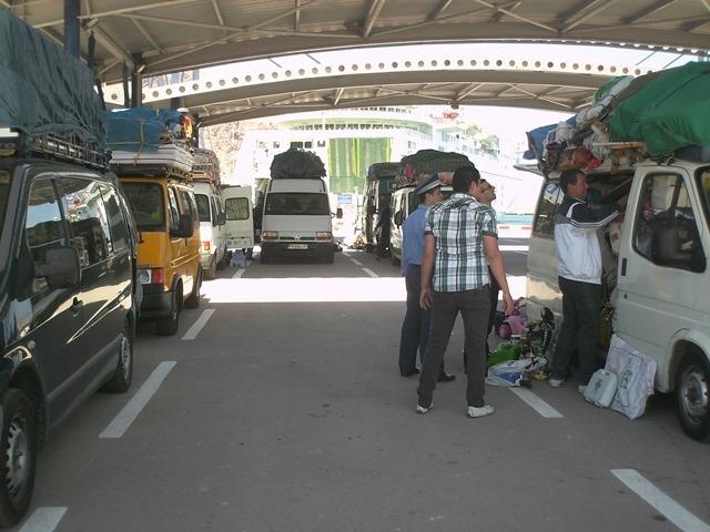 الجمارك المغربية تمنع سيارات المهاجرين المغاربة من ادخال السلع التجارية