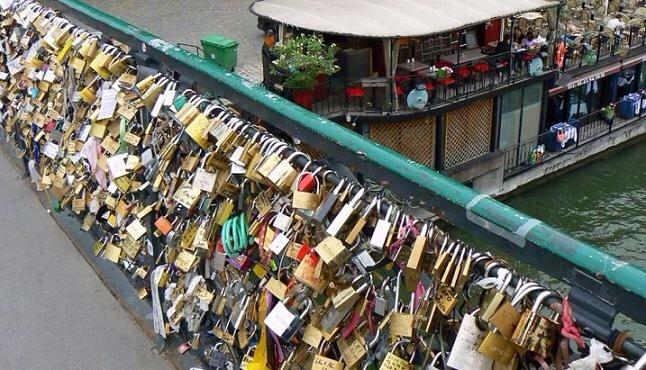 جسر العشاق بفرنسا مهدد بسبب أقفال الحب
