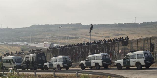 تدفق مئات المهاجرين السريين عبر مليلية