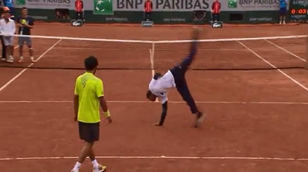 رائع..لاعبا تنس يستعرضان مهاراتهما في الرقص