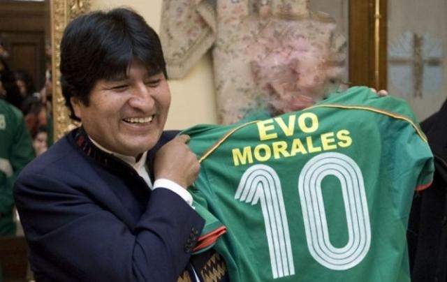 الرئيس موراليس يوقع عقدا احترافيا مع فريق بوليفي