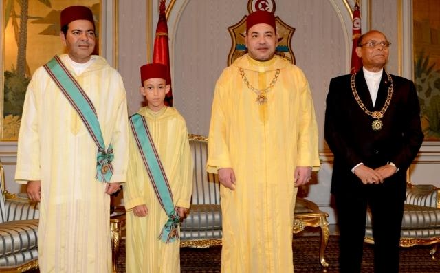 العاهل المغربي يتبادل الأوسمة مع الرئيس التونسي ويزور روضة الشهداء