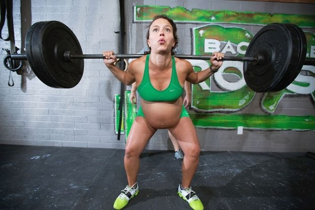 امرأة حامل تمارس رفع الأثقال ساعات قبل وضع جنينها