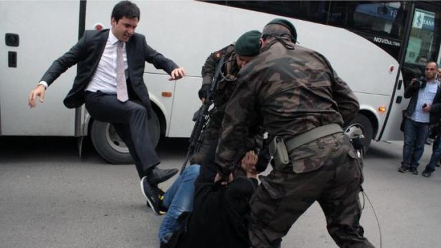 إقالة مساعد رئيس الوزراء التركي بعد ركله لأحد المحتجين