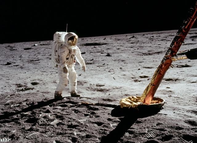 أول إعلان على سطح القمر